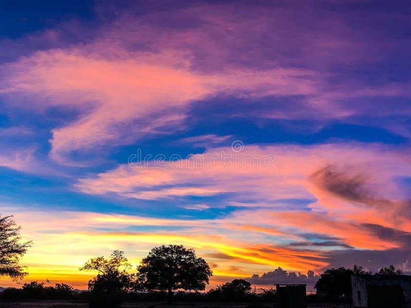 Επικό ηλιοβασίλεμα Chivi με την καταπληκτική επίδειξη χρώματος στοκ εικόνες
