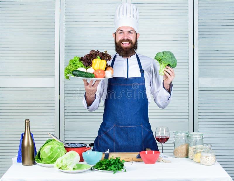 Επιλέξτε τα καλύτερα συστατικά Άριστα λαχανικά παρουσίασης ατόμων ευτυχή E Οργανική μαγειρική συνταγή Κύριος αρχιμάγειρας στοκ εικόνες με δικαίωμα ελεύθερης χρήσης