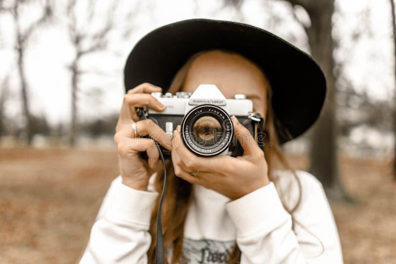 Επιλεκτική εστίαση φωτογραφίας γυναίκας με κάμερα λευκού και μαύρου Slr στοκ εικόνες