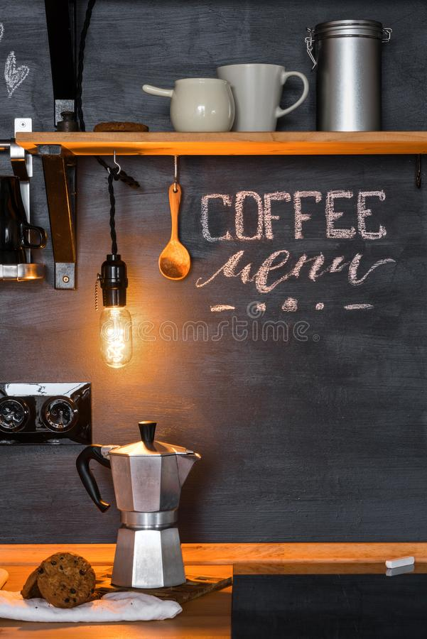 Επιλογές ` καφέ επιγραφής ` με την κιμωλία κουζίνες στις μαύρες τοίχων στο ύφος της σοφίτας και αγροτικός στοκ φωτογραφία με δικαίωμα ελεύθερης χρήσης