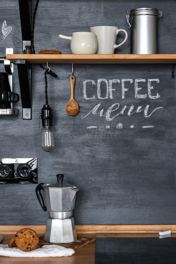 Επιλογές ` καφέ επιγραφής ` με την κιμωλία κουζίνες στις μαύρες τοίχων στο ύφος της σοφίτας και αγροτικός στοκ φωτογραφία