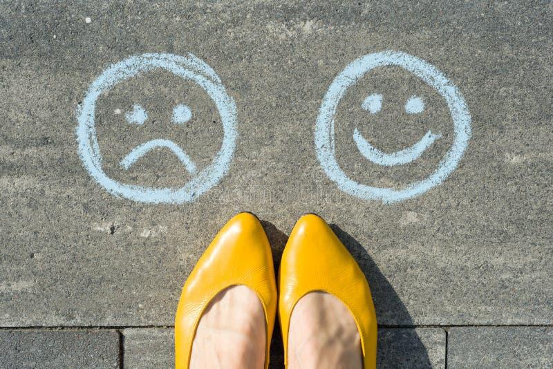 Επιλογή - ευτυχές Smileys ή δυστυχισμένος, κείμενο στο δρόμο ασφάλτου στοκ φωτογραφίες με δικαίωμα ελεύθερης χρήσης