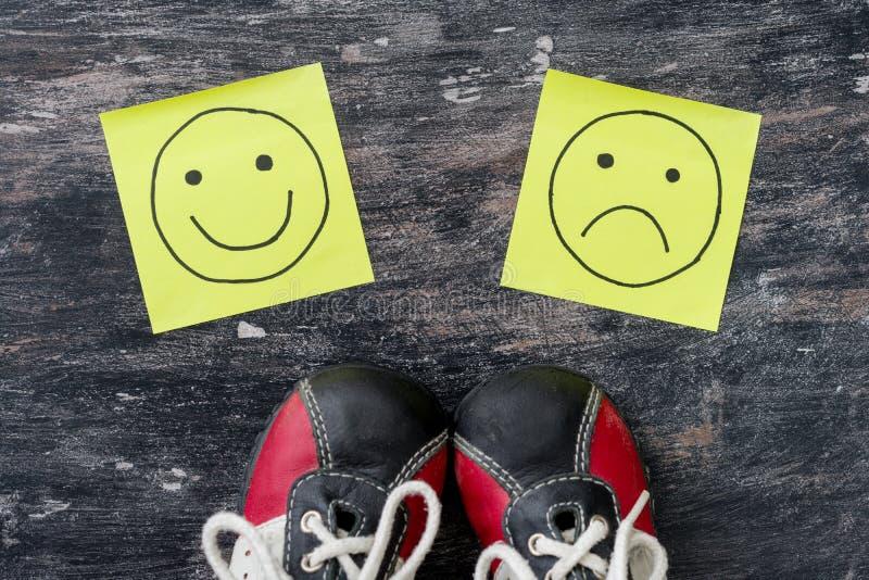 Επιλογή - ευτυχές Smileys ή δυστυχισμένος Πάνινα παπούτσια πρίν επιλέγει στοκ φωτογραφίες