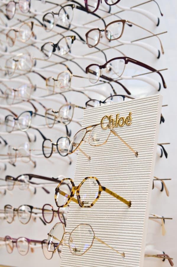 Επιλογή μαρκαρισμένα eyeglasses σε ένα λιανικό κατάστημα οπτικών στην Πολωνία στοκ εικόνες