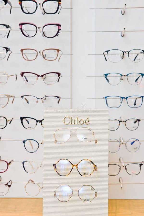 Επιλογή μαρκαρισμένα eyeglasses σε ένα λιανικό κατάστημα οπτικών στην Πολωνία στοκ εικόνες με δικαίωμα ελεύθερης χρήσης