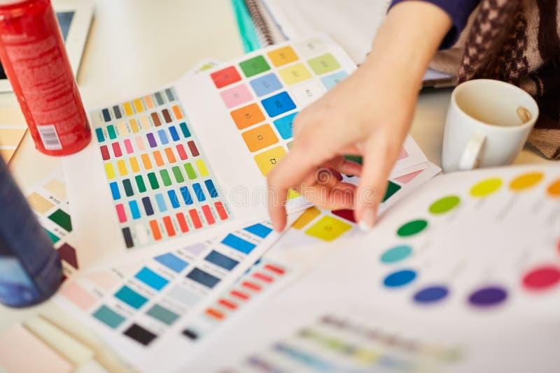Επιλογή παλετών χρώματος στο εργαστήριο στοκ εικόνες