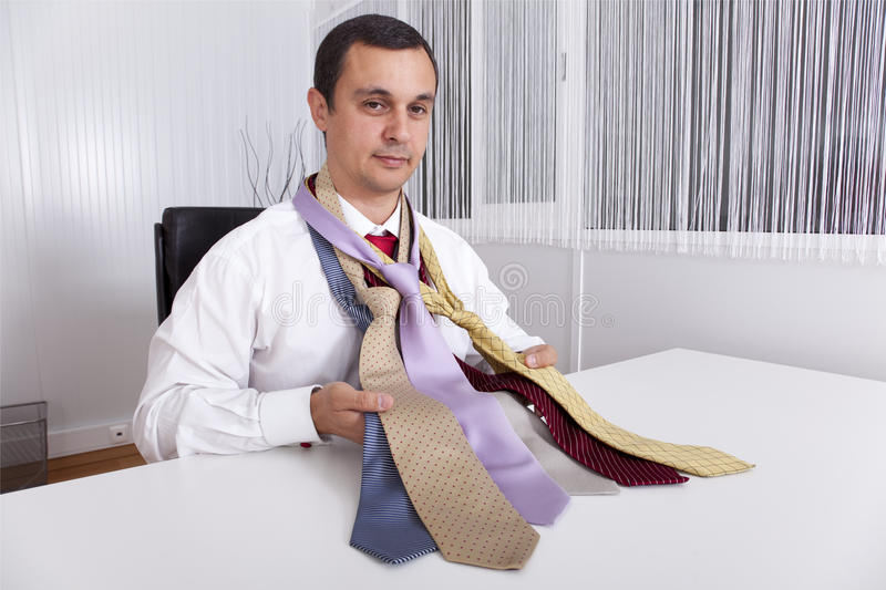 Επιλογή της καλύτερης γραβάτας για μια εργάσιμη ημέρα στοκ φωτογραφίες με δικαίωμα ελεύθερης χρήσης