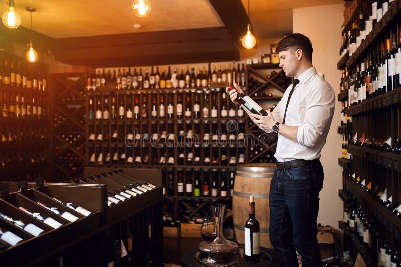 Επιλογή του κρασιού Αυτό που καθορίζει ένα καλό κρασί στοκ φωτογραφία