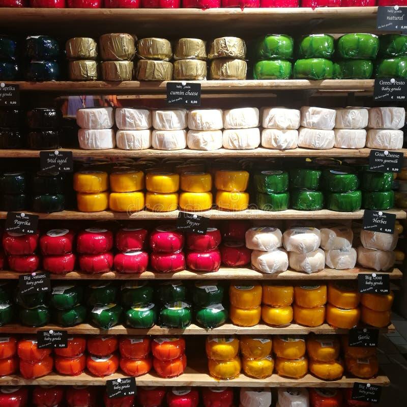 Επιλογή τυριών στο κατάστημα στοκ φωτογραφία με δικαίωμα ελεύθερης χρήσης