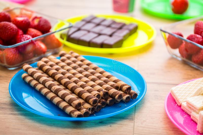 Επιλογή των γλυκών στον πίνακα στοκ εικόνες με δικαίωμα ελεύθερης χρήσης
