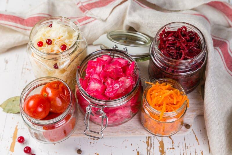 Επιλογή των ζυμωνομμένων τροφίμων - καρότο, λάχανο, ντομάτες, παντζάρια, διάστημα αντιγράφων στοκ εικόνες