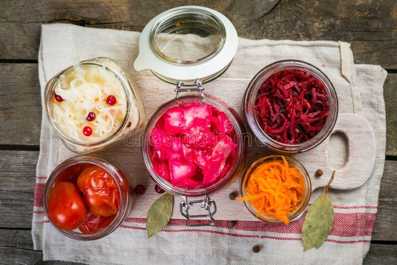 Επιλογή των ζυμωνομμένων τροφίμων - καρότο, λάχανο, ντομάτες, παντζάρια, διάστημα αντιγράφων στοκ φωτογραφίες