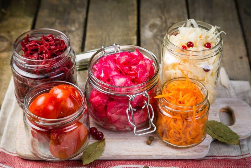 Επιλογή των ζυμωνομμένων τροφίμων - καρότο, λάχανο, ντομάτες, παντζάρια, διάστημα αντιγράφων στοκ φωτογραφία