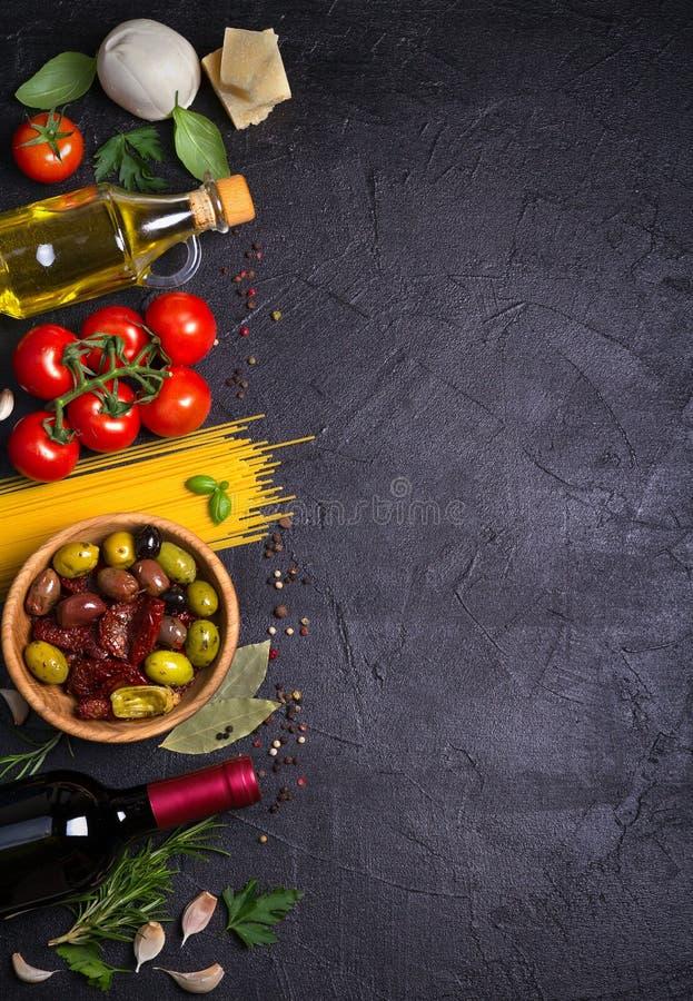 Επιλογή των υγιών τροφίμων Ιταλικό υπόβαθρο τροφίμων με τα μακαρόνια, το τυρί παρμεζάνας μοτσαρελών, τις ελιές, τις ντομάτες και  στοκ εικόνα