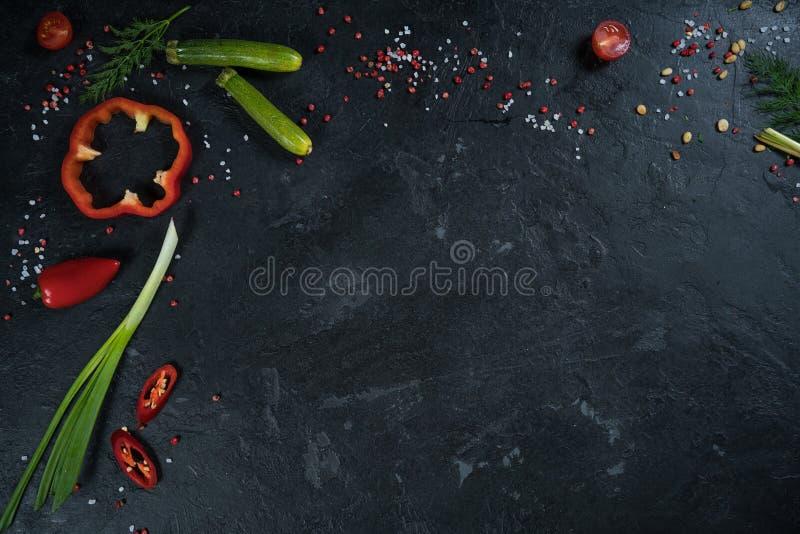 Επιλογή των χορταριών και των πρασίνων καρυκευμάτων Συστατικά για το μαγείρεμα Υπόβαθρο τροφίμων στο μαύρο πίνακα πλακών στοκ εικόνες
