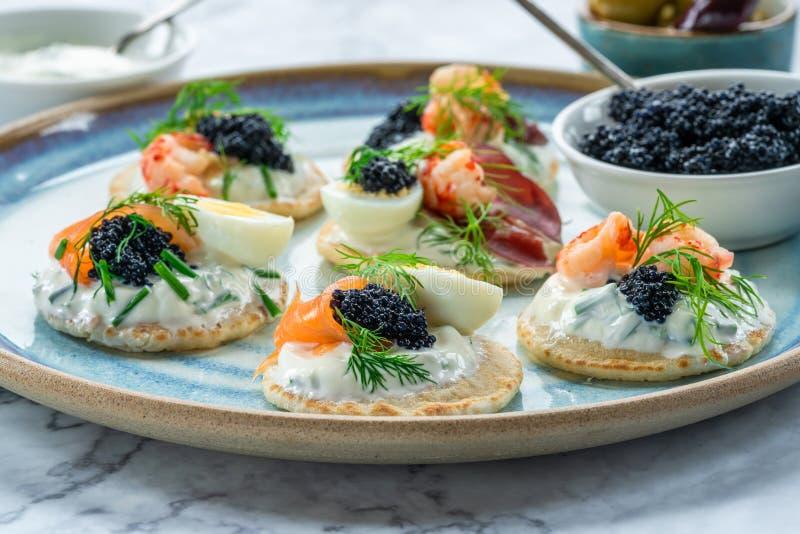 Επιλογή των blinis κοκτέιλ - γαστρονομικά τρόφιμα κομμάτων στοκ φωτογραφίες