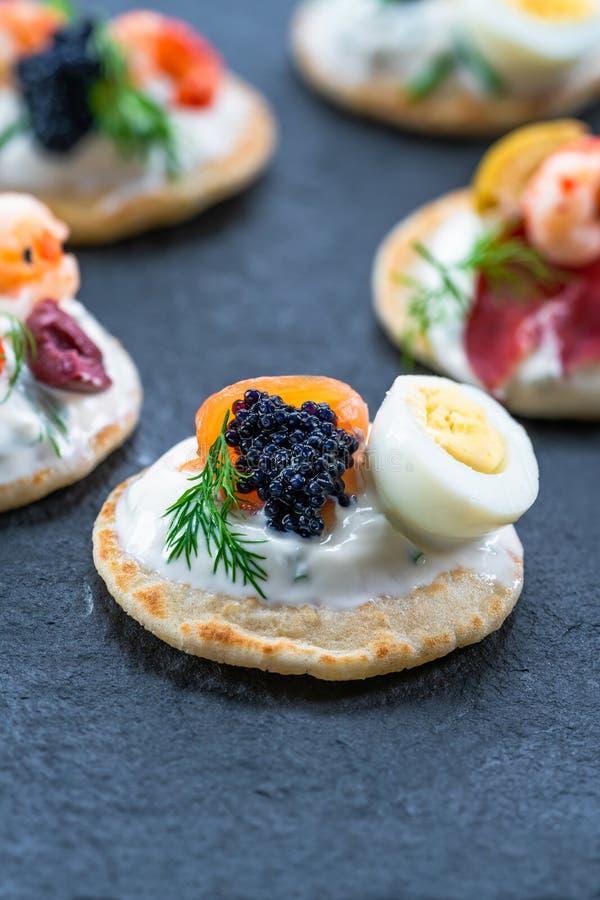 Επιλογή των blinis κοκτέιλ - γαστρονομικά τρόφιμα κομμάτων στοκ φωτογραφία