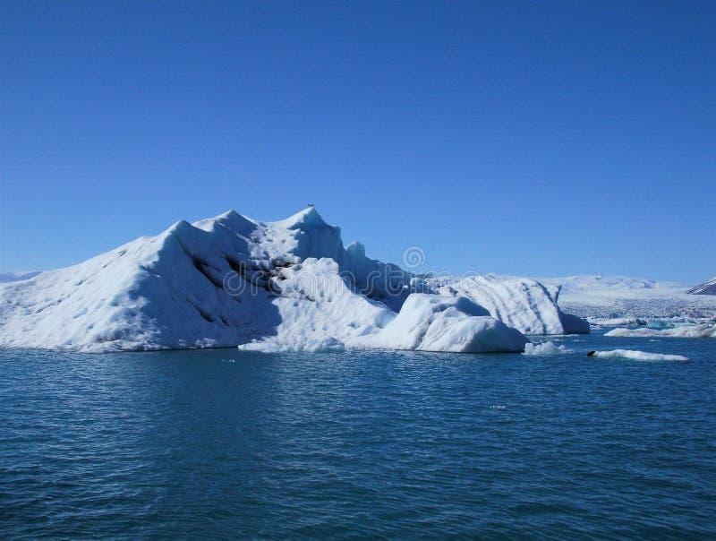 Επιπλέοντα μπλε παγόβουνα στη φυσική μπλε λίμνη στοκ φωτογραφίες