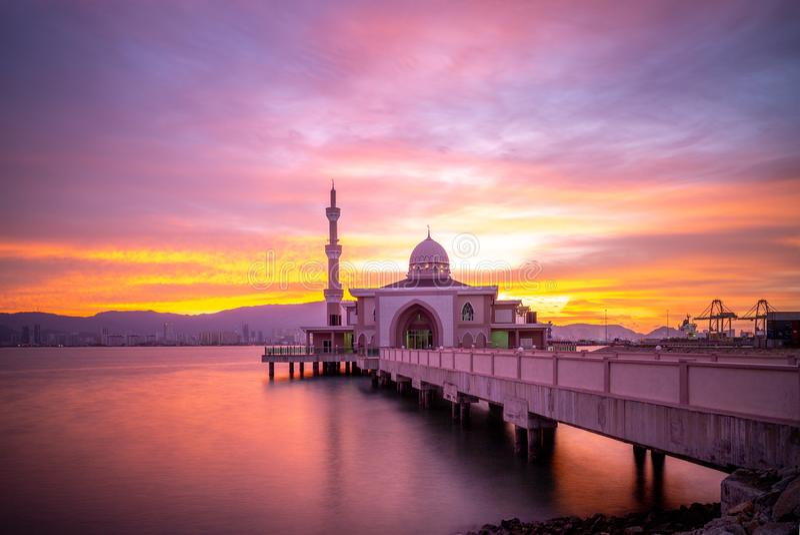 Επιπλέον μουσουλμανικό τέμενος Masjid Terapung Butterworth στο σούρουπο στοκ εικόνες