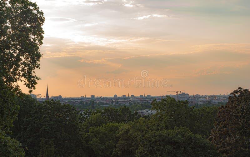 Επιπλέον πανοραμική άποψη πέρα από το Βερολίνο στο ηλιοβασίλεμα στοκ φωτογραφία με δικαίωμα ελεύθερης χρήσης