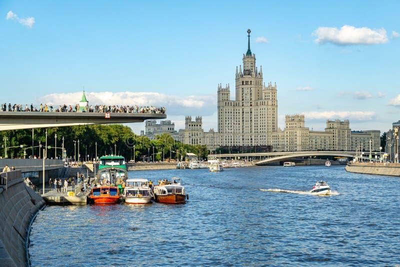 Επιπλέουσα γέφυρα στο πάρκο Zaryadye επάνω από τον ποταμό Moskva Άποψη ηλιοβασιλέματος του ουρανοξύστη στοκ εικόνα με δικαίωμα ελεύθερης χρήσης