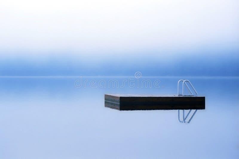 επιπλέουσα λίμνη αποβαθ&r στοκ εικόνα με δικαίωμα ελεύθερης χρήσης