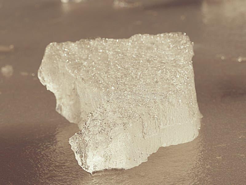 Επιπλέων πάγος πάγου στην παγωμένη επιφάνεια λιμνών με την αντανάκλαση στοκ φωτογραφία με δικαίωμα ελεύθερης χρήσης
