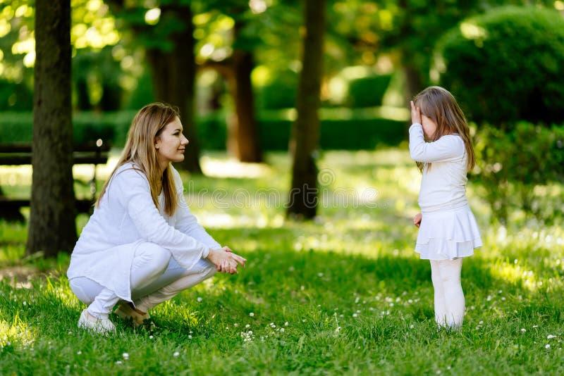 Επιπλήττοντας παιδί μητέρων στοκ εικόνες με δικαίωμα ελεύθερης χρήσης