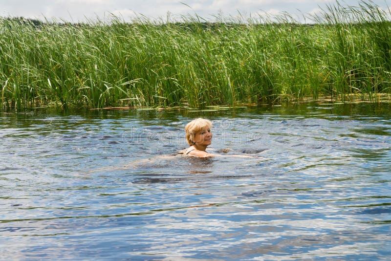 Επιπλέοντα σώματα γυναικών στον ποταμό στοκ εικόνες