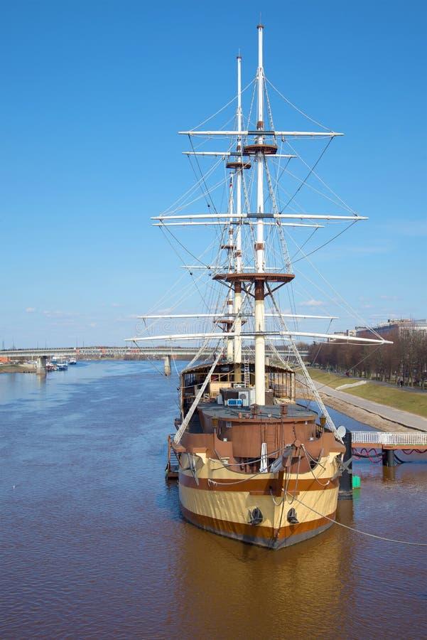 Επιπλέουσα ναυαρχίδα ` φρεγάτων ` εστιατορίων στην κινηματογράφηση σε πρώτο πλάνο ποταμών Volkhov Velikiy Novgorod στοκ εικόνες