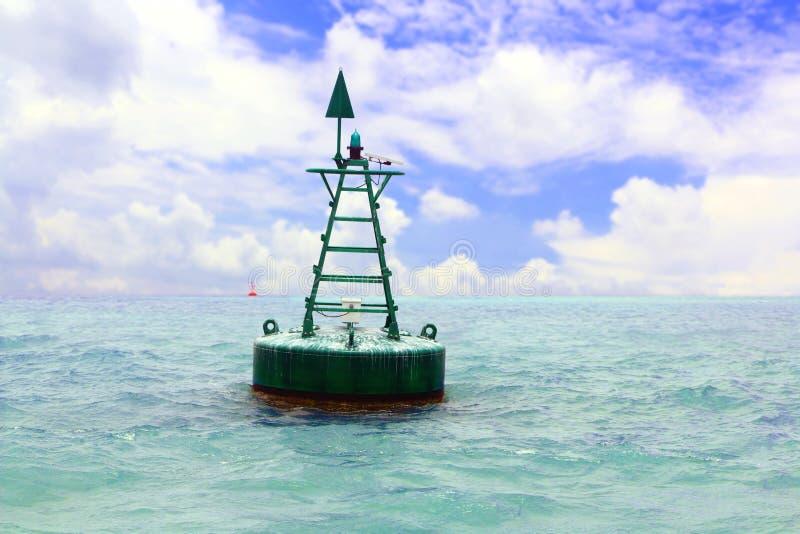 Επιπλέων κόκκινος πλοήγησης σημαντήρας στην ανοικτή θάλασσα στοκ εικόνα με δικαίωμα ελεύθερης χρήσης