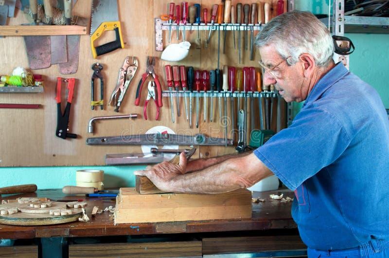 Επιπλοποιός που εργάζεται στο ξύλο στοκ φωτογραφίες