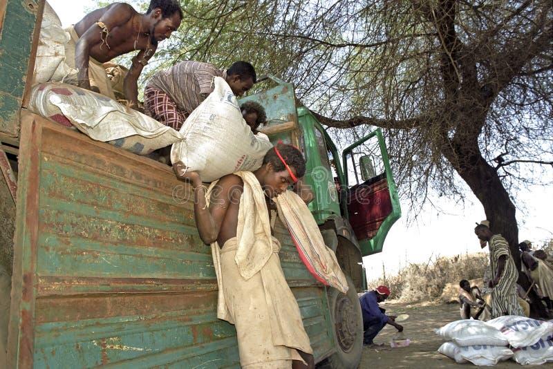 Επισιτιστική βοήθεια ανεφοδιασμού για μακρυά τους ανθρώπους, Αιθιοπία στοκ φωτογραφία με δικαίωμα ελεύθερης χρήσης