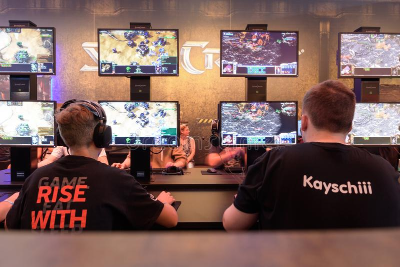 Επισκέπτες εμπορικών εκθέσεων που παίζουν το παιχνίδι starcraft σε Gamescom 2017 στοκ φωτογραφίες με δικαίωμα ελεύθερης χρήσης