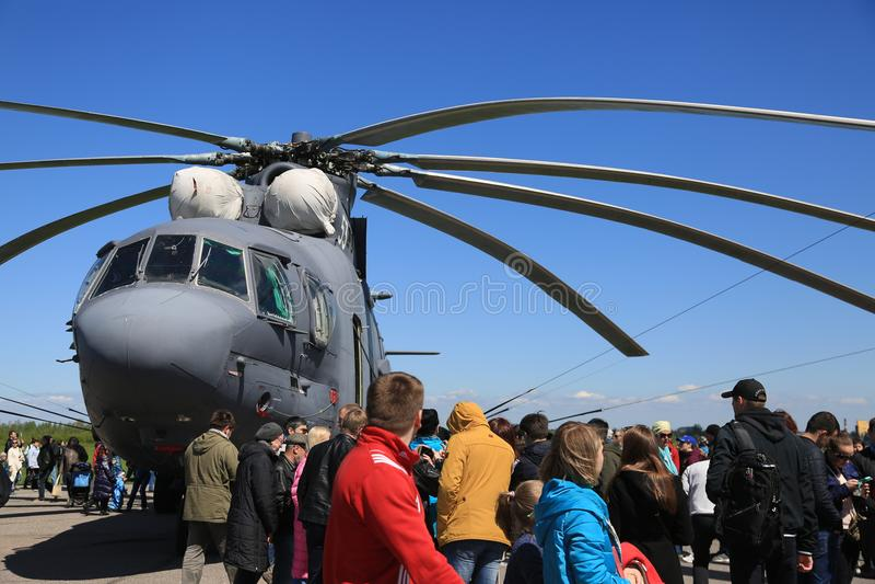 Επισκέπτες και ρωσικό βαρύ ελικόπτερο mi-26 μεταφορών Μπροστινή όψη στοκ εικόνες με δικαίωμα ελεύθερης χρήσης