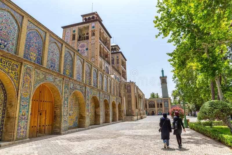 Επισκέπτες παλατιών Golestan από το οικοδόμημα του ήλιου στοκ εικόνες
