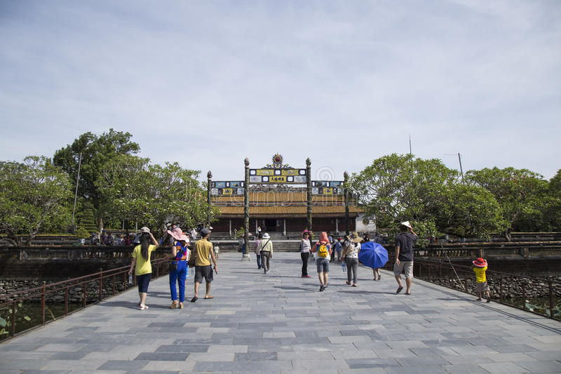 Επισκέπτες που έρχονται να δει την αυτοκρατορική Royal Palace της δυναστείας Nguyen στοκ φωτογραφία με δικαίωμα ελεύθερης χρήσης