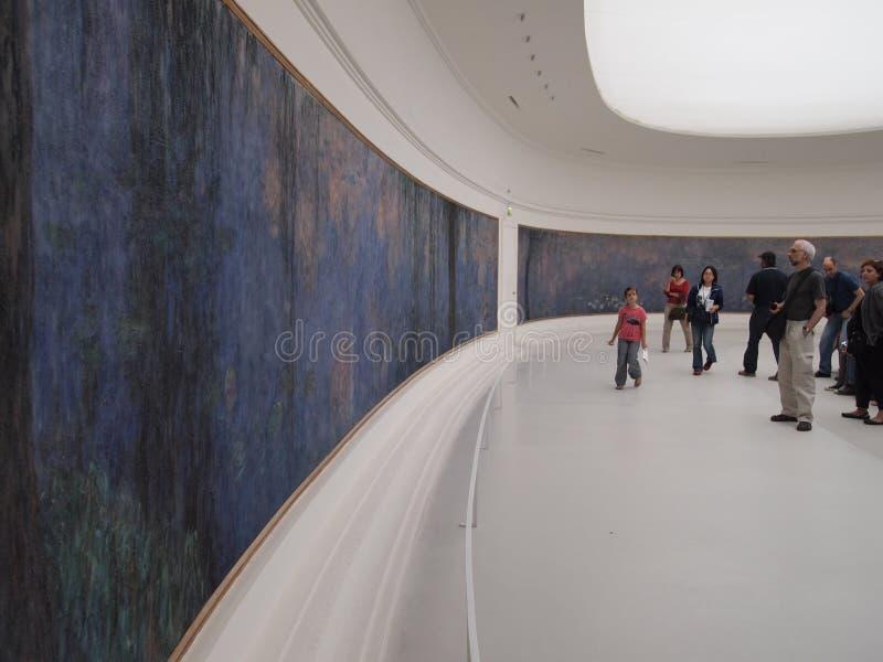 Επισκέπτες που εξετάζουν μια τοιχογραφία από Monet στοκ εικόνες με δικαίωμα ελεύθερης χρήσης