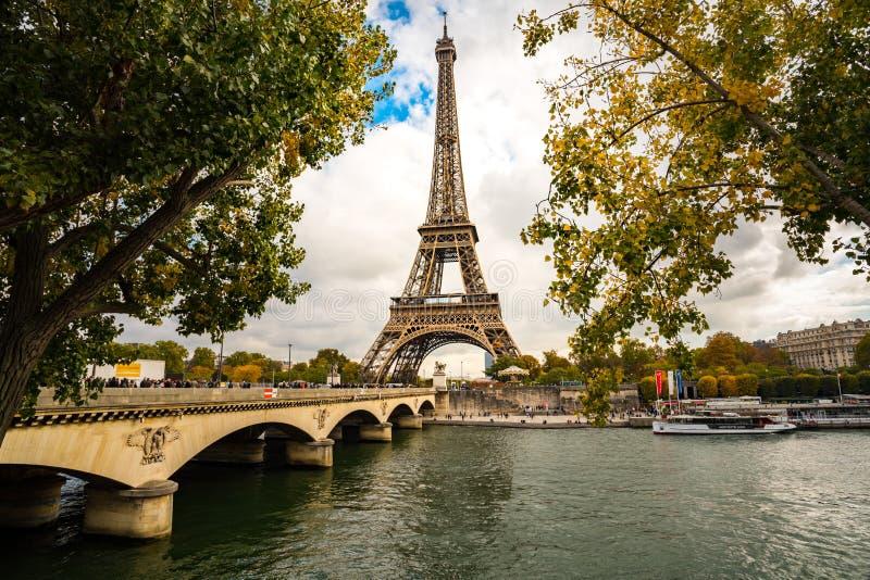 Επισκέπτες που περπατούν στη γέφυρα στον πύργο του Άιφελ στοκ εικόνες