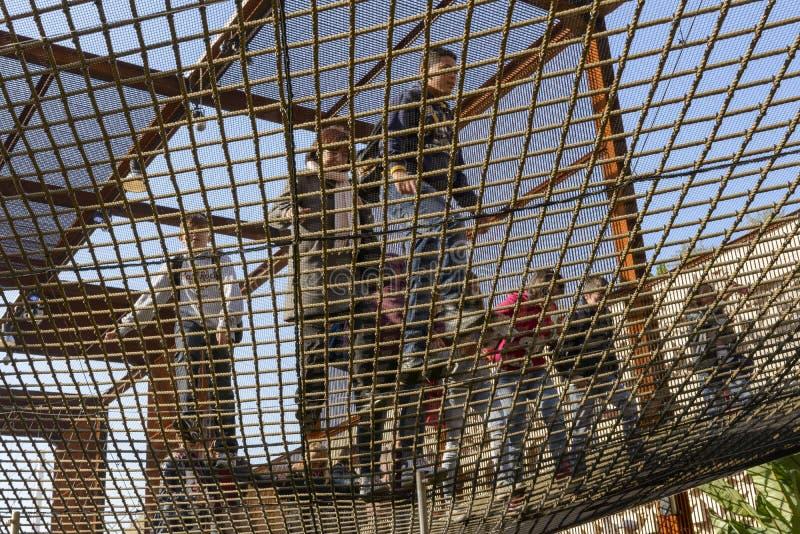 Επισκέπτες που περπατούν στο δίχτυ μέσα στο περίπτερο της Βραζιλίας, EXPO 2015 Mi στοκ φωτογραφία