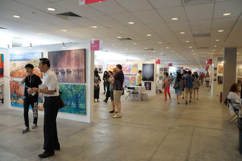 Επισκέπτες στην προσιτή έκθεση 2017 τέχνης της Σιγκαπούρης στοκ εικόνα