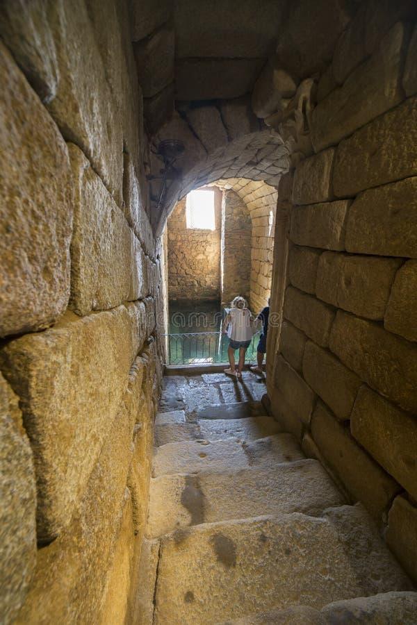Επισκέπτες στη ρωμαϊκή δεξαμενή νερού, αραβική ακρόπολη Alcazaba Μέριντα, στοκ εικόνα