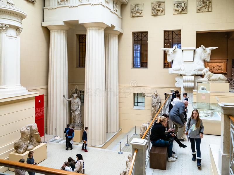 Επισκέπτες στο ελληνικό προαύλιο του μουσείου Pushkin στοκ εικόνες