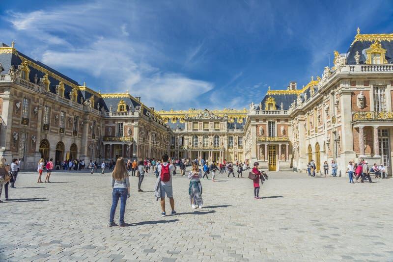 Επισκέπτες στο πύργο de Βερσαλλίες στο Παρίσι, Γαλλία στοκ φωτογραφία με δικαίωμα ελεύθερης χρήσης