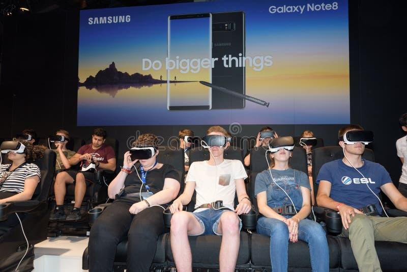 Επισκέπτες συνεδρίασης που προσέχουν ένα παιχνίδι από μια κάσκα εικονικής πραγματικότητας στοκ φωτογραφίες