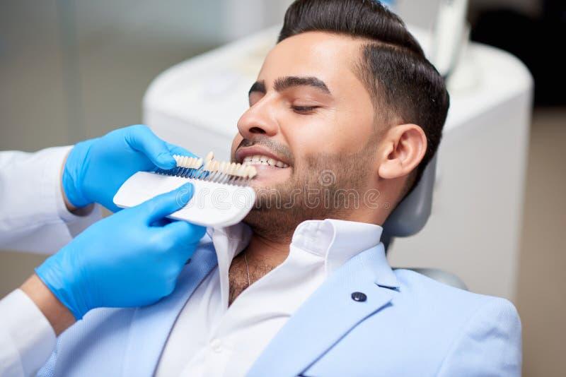 Επισκεπτόμενος οδοντίατρος νεαρών άνδρων στοκ φωτογραφίες