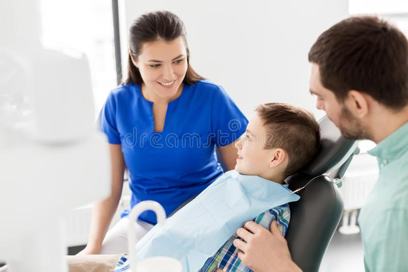 Επισκεπτόμενος οδοντίατρος πατέρων και γιων στην οδοντική κλινική στοκ εικόνες