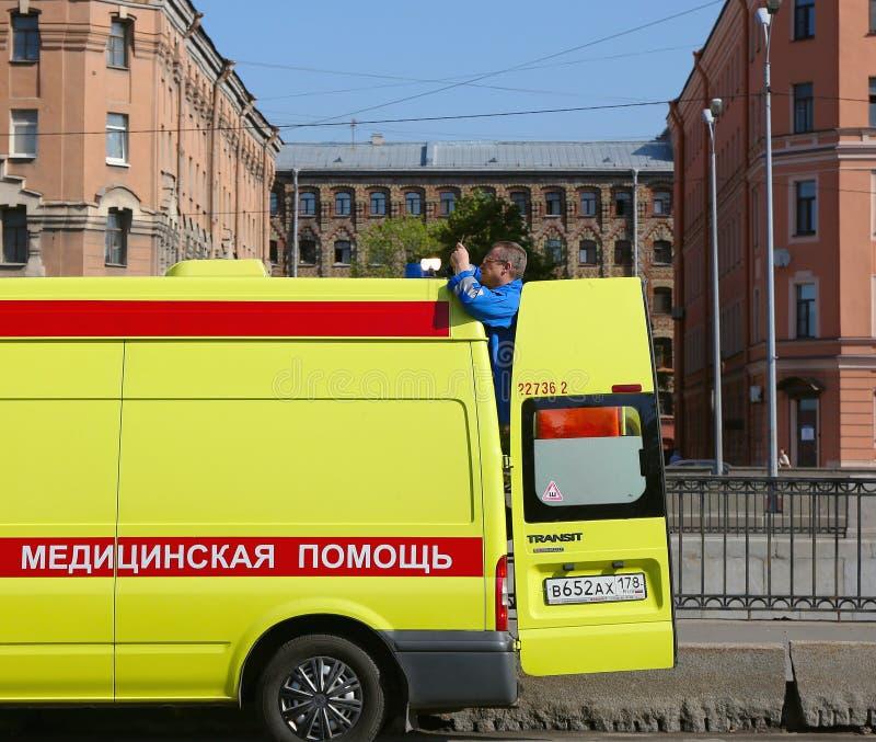 Επισκευάζει τον ηλεκτρικό φακό (αναγνωριστικό σήμα) στη στέγη αυτοκινήτων στοκ φωτογραφία με δικαίωμα ελεύθερης χρήσης