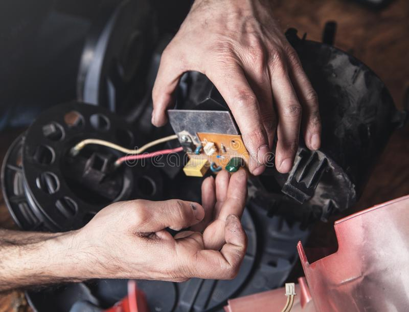 Επισκευές ατόμων της ηλεκτρικής σκούπας Επισκευή στοκ φωτογραφίες με δικαίωμα ελεύθερης χρήσης