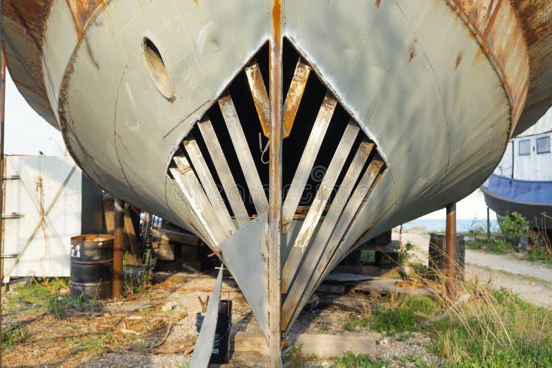Επισκευές υπό εξέλιξη στο τόξο του αλιευτικού σκάφους στοκ φωτογραφίες